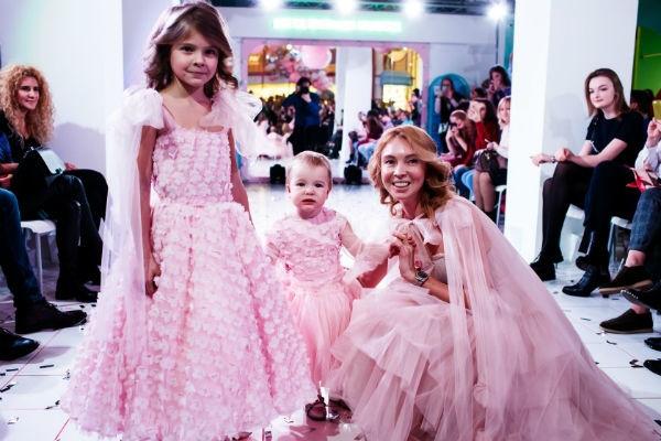 Звезда «Уральских пельменей» Илана Юрьева вывела дочь на подиум