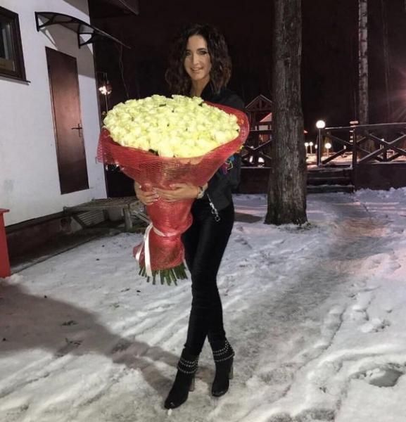 Ольга Бузова демонстрирует подарки от поклонника