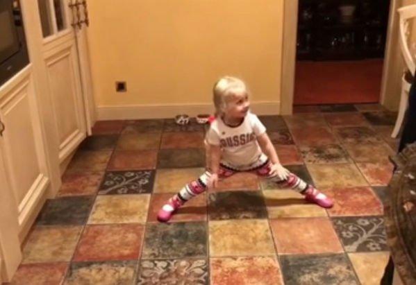 Алла Пугачева и маленькая Лиза демонстрируют навыки карате