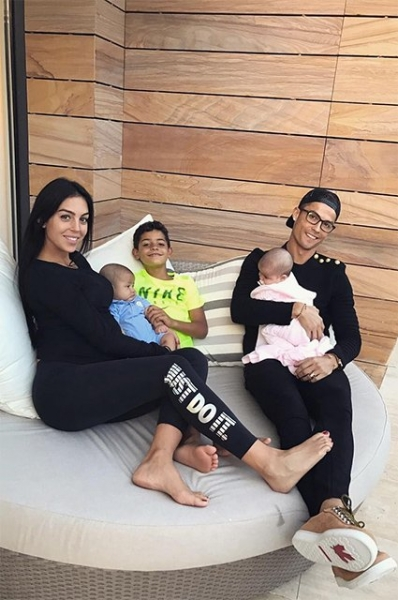 Джорджина Родригес впервые снялась в фотосессии с новорожденной дочкой
