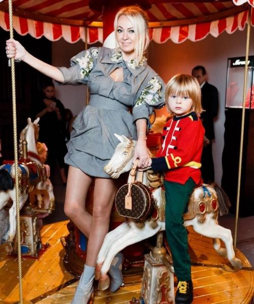Яна Рудковская показала стройные ноги в коротком платье