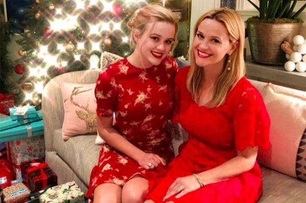 Пользователи сети обсуждают рождественское фото Риз Уизерспун с дочерью