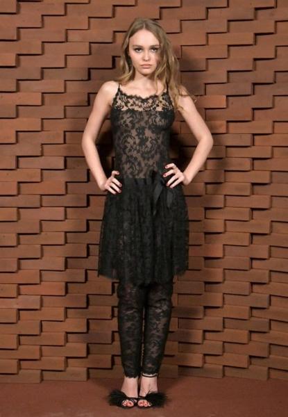Лили-Роуз Депп появилась в откровенном кружевном платье на светской вечеринке