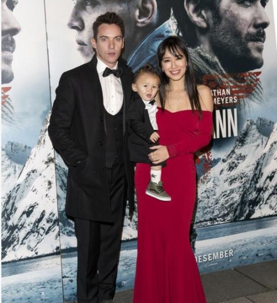 Джонатан Риз Майерс впервые вышел в свет с семьей
