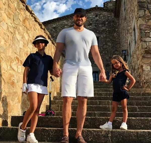 Александр Ревва старается уделять воспитанию двух дочерей как можно больше времени