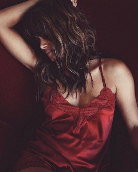 Холли Берри разместила фотографию в пикантном белье