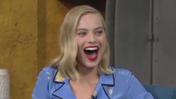 Марго Робби появилась на телешоу в халате и тапочках