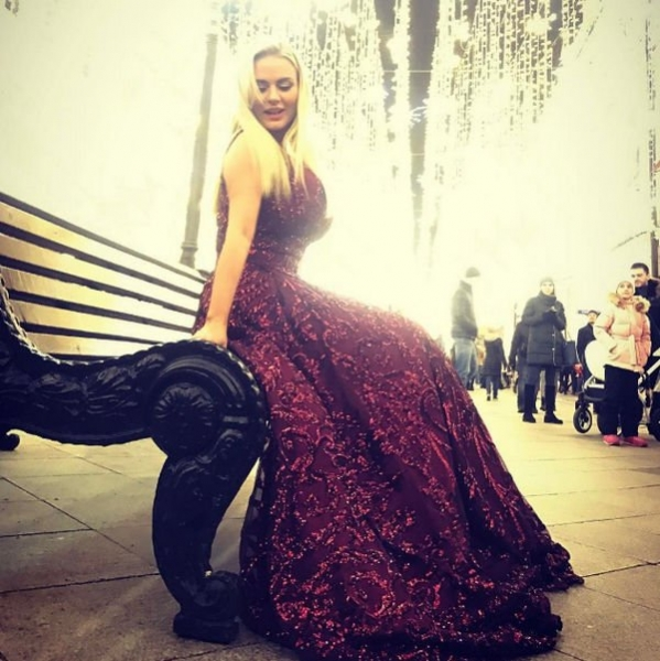 Прохожие были удивлены, увидев Анну Семенович на улице в одном платье
