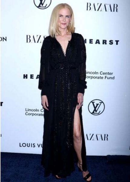 Николь Кидман похвасталась стройными ногами в платье с вырезами