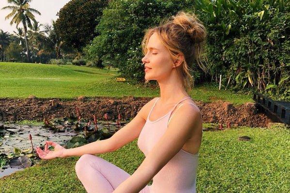 Наталья Ионова показала снимок в откровенном купальнике, засветив грудь