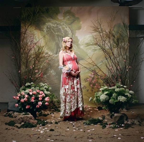 Беременная Кирстен Данст впервые показала растущий животик