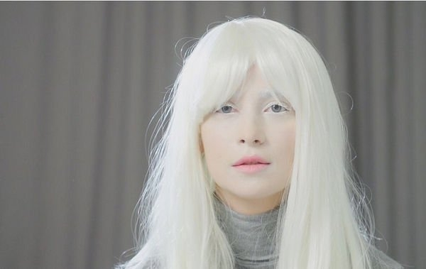 Равшана Куркова удивила образом платиновой блондинки