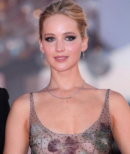 Дженнифер Лоуренс подверглась критике за обвисшую грудь