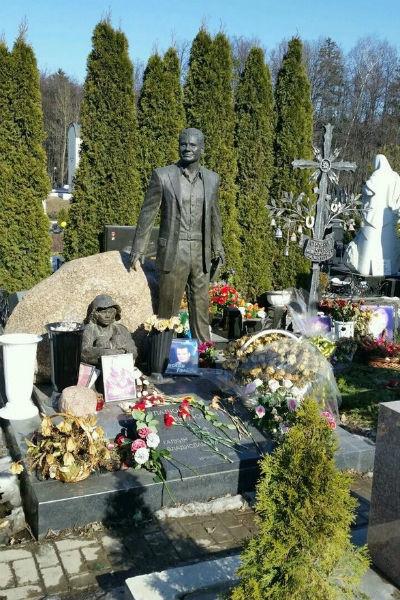 Поклонники требуют вернуть памятник Владислава Галкина