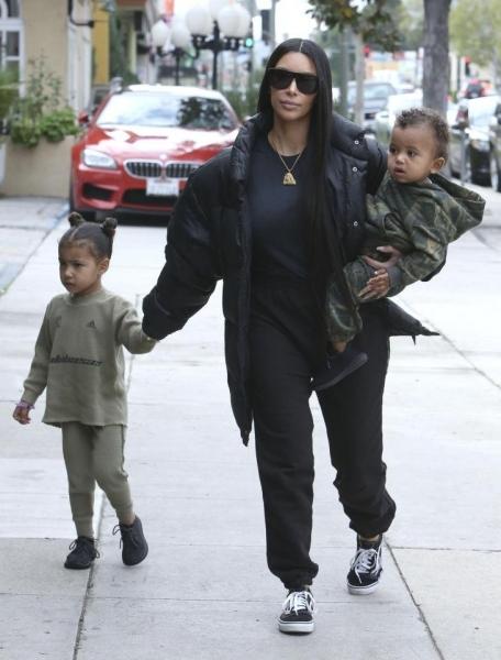 Ким Кардашьян раскритиковали за пикантное фото в компании дочки