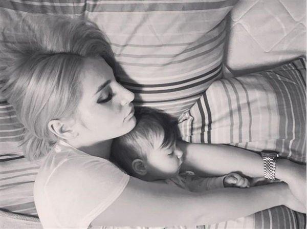 Откровенное фото Таты Абрамсон с дочерью вызвало негодование ее поклонников