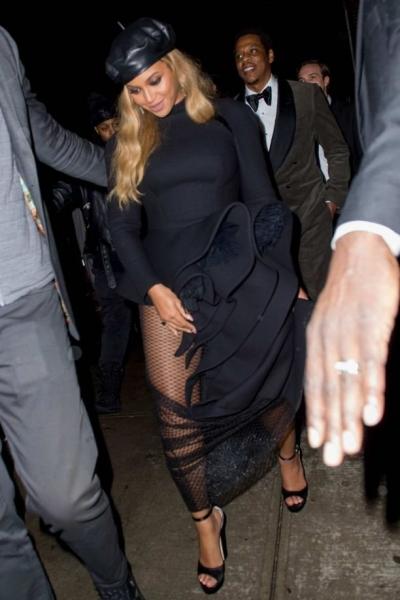 Бейонсе надела чрезмерно откровенное платье для похода в ресторан с мужем