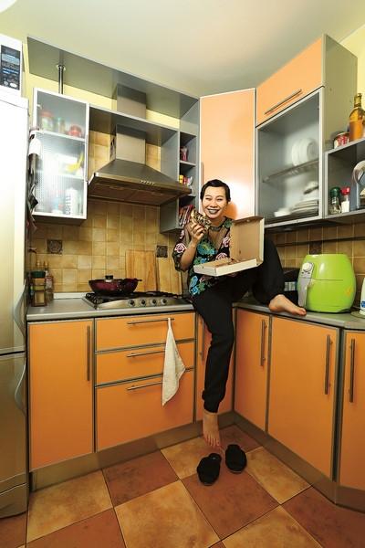 Финалистка шоу «Голос» Ян Гэ хранит одежду под диваном