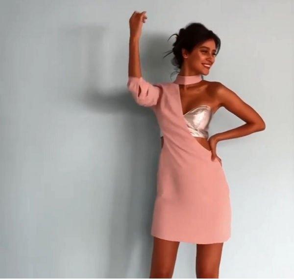 Равшана Куркова восхитила своим рваным платьем