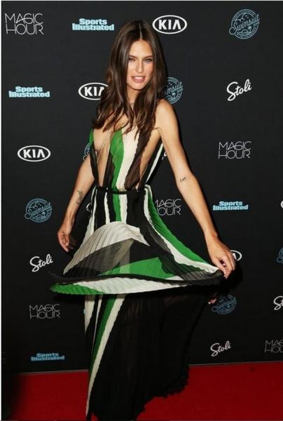 Модель Бьянка Балти в прозрачном платье выставила напоказ свои груди