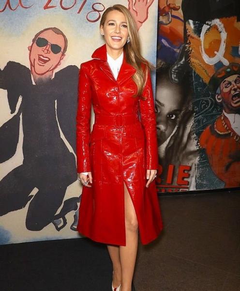 Блейк Лайвли в платье-свитере восхитила роскошным внешним видом
