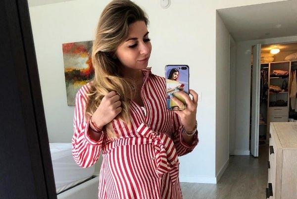Беременная Галина Юдашкина в бикини подемонстрировала внушительный живот