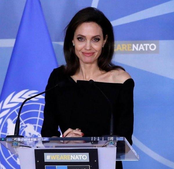 Анджелина Джоли надела вечерное платье для похода по магазинам