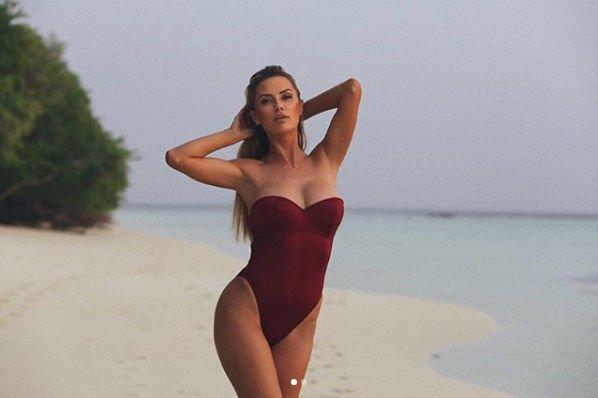 Виктория Боня продемонстрировала фигуру в красном купальнике