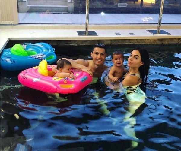 Джорджина Родригес показала идеальную фигуру в купальнике