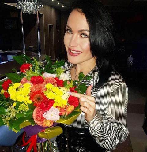 Скандальная певица обвинила режиссера Кончаловского в болезни мужа