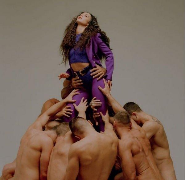 Ольга Бузова приняла участие в фотосессии с обнаженными мужчинами