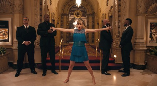 Новый клип на песню Delicate: Тейлор Свифт стала невидимой и села на шпагат