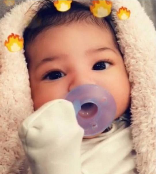 Кайли Дженнер поделилась снимком лица дочери крупным планом