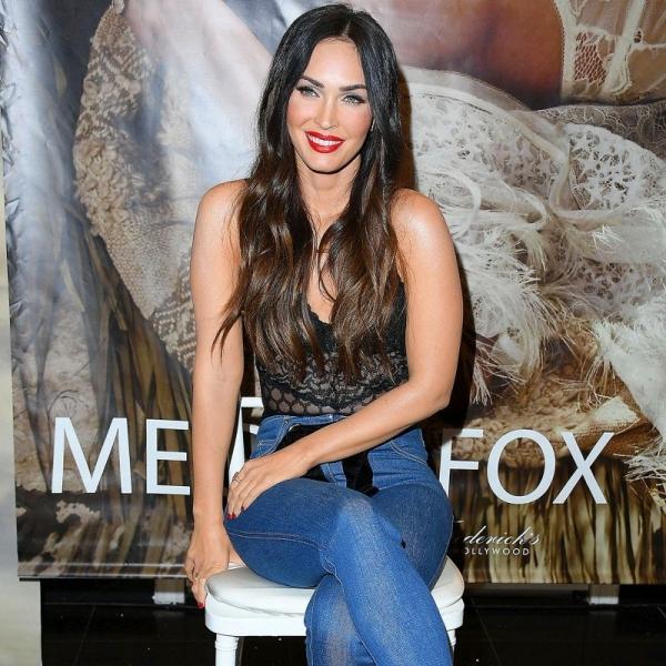 Меган Фокс вышла в свет в кружевном боди и джинсах