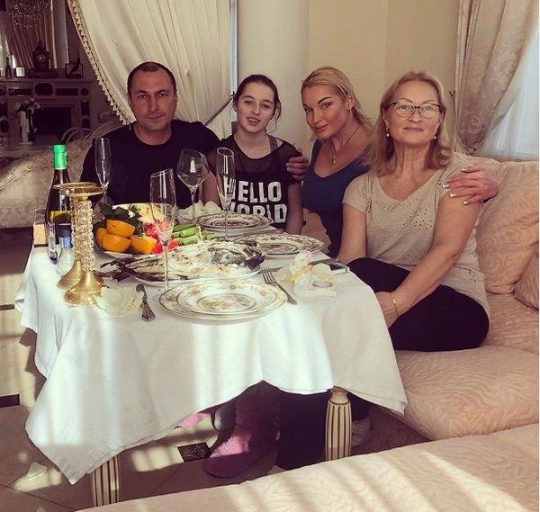 После слухов об астраханских квартирах Анастасия Волочкова устроила встречу с бывшим мужем