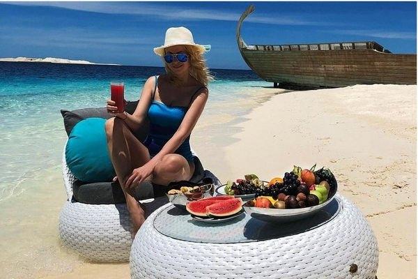 Яна Рудковская опубликовала фото в золотом купальнике, похваставшись своей фигурой