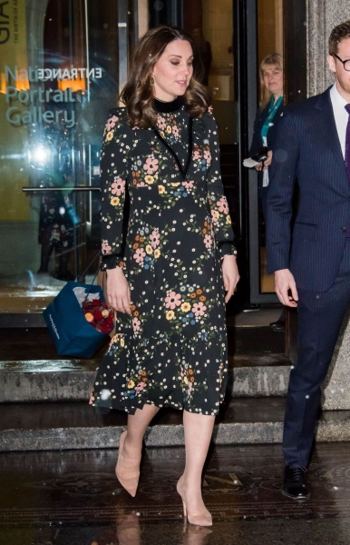 Беременная Кейт Миддлтон вышла на мороз в легком платье