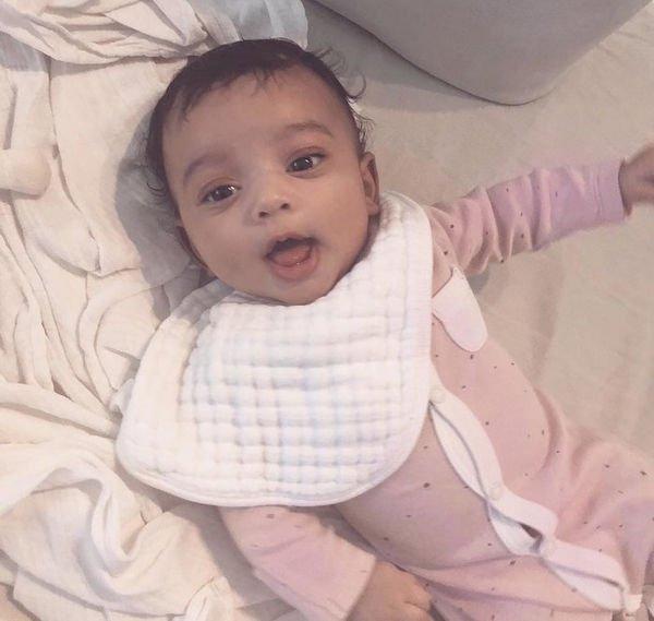 Первое фото новорожденной дочери Ким Кардашьян без фильтров наделало много шума в Сети
