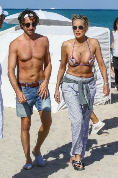 Шэрон Стоун прогулялась по пляжу в бикини в компании молодого любовника