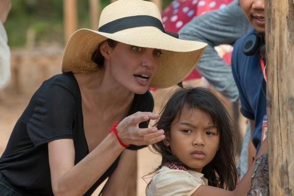 Анджелина Джоли нашла утешение в объятиях агента по недвижимости