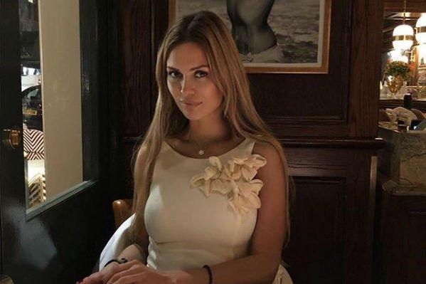 Грудь Виктории Бони вывалилась из платья с глубоким декольте