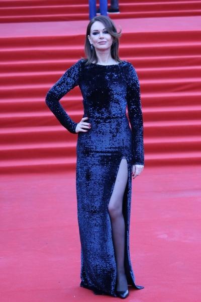 Ирина Безрукова на закрытии ММКФ-2018 удивила платьем с весьма смелым разрезом