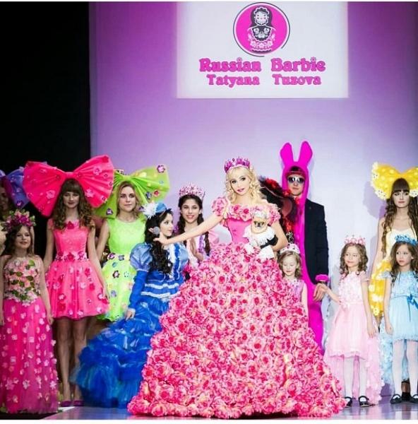 Русская Барби Татьяна Тузова представила на Неделе Моды коллекцию, затронувшую сердца