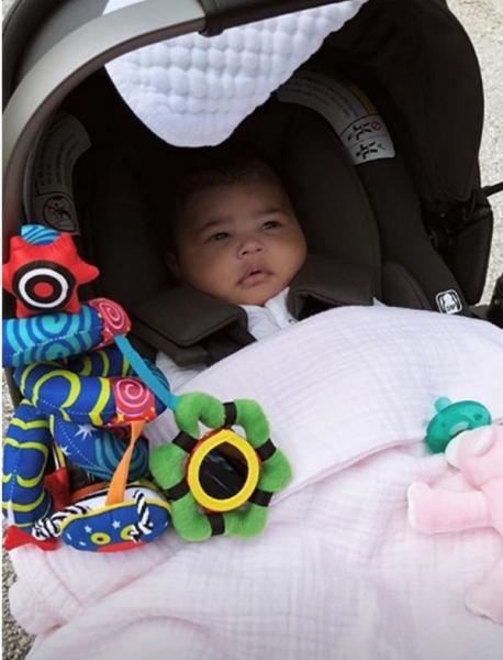 Кайли Дженнер привела в восторг фанатов фотографиями с прогулки с дочкой