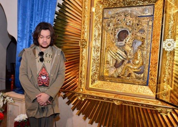 Филипп Киркоров получил шквал критики за фото с иконой