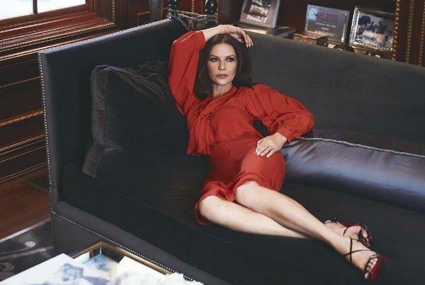 Кэтрин Зета-Джонс поделилась снимком в прозрачном платье