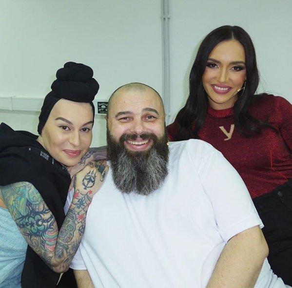 Фанаты возмутились фотографией Максима Фадеева в окружении женщин
