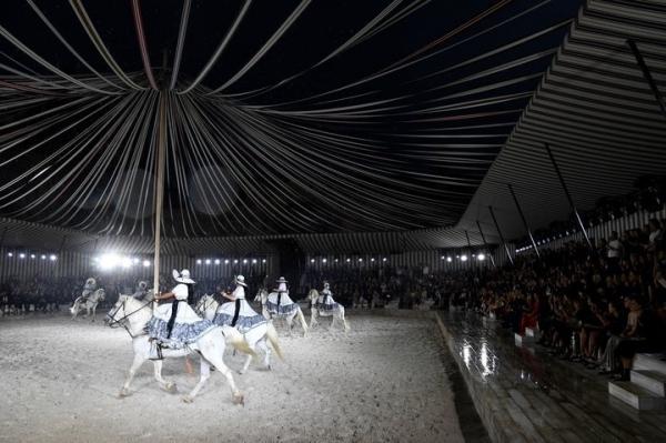 Пэрис Джексон покинула показ Dior из-за издевательств над лошадьми