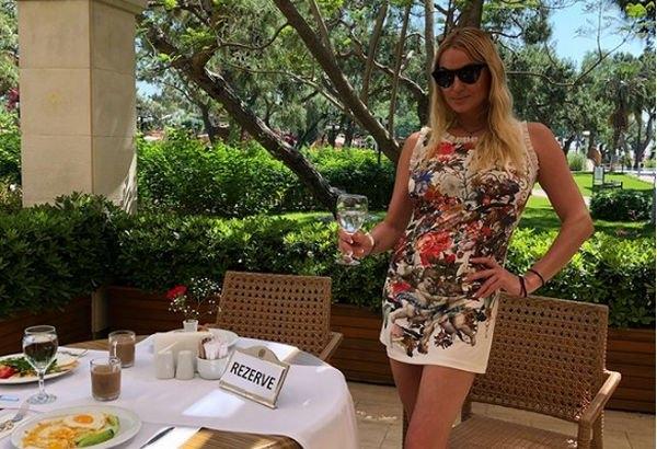 Анастасия Волочкова села на шпагат на крыше отеля, не подумав о мерах безопасности