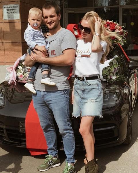 Супруга Алексея Самсонова примеряет подвенечный наряд